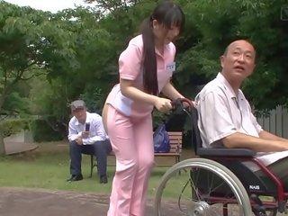 مترجمة غريب اليابانية نصف عار caregiver في الهواء الطلق - Tube ...