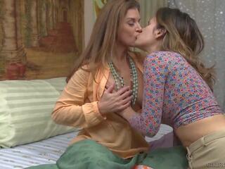 Sandra Shine en haar vriendin zijn drijfnat